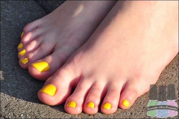 Esmalte amarelo pés