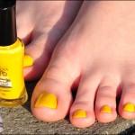 Pé de Chinelo: esmalte amarelo!