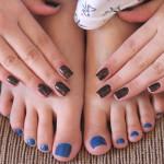 Esmalte azul no pé combina com…