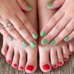 Esmalte vermelho no pé combina com…